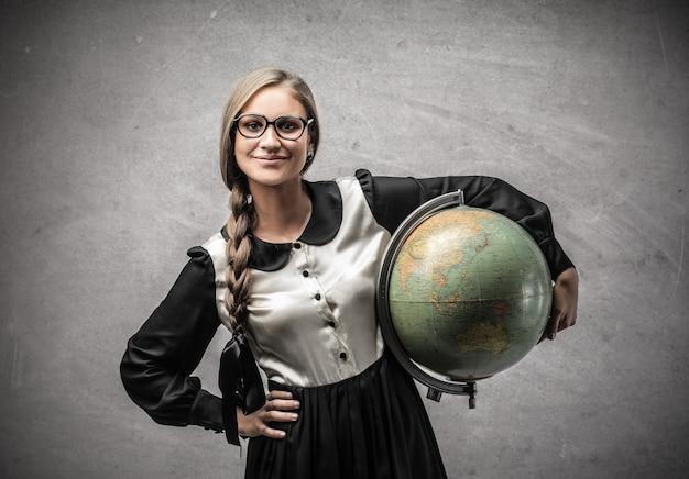 Studentin mit dem globus