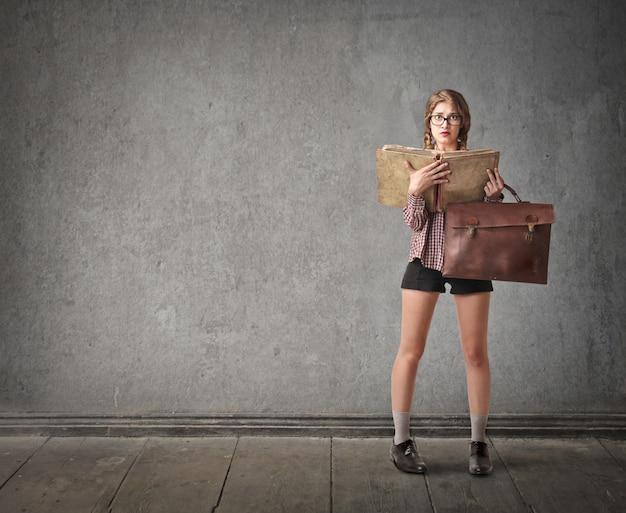 Studentin mit einem großen buch