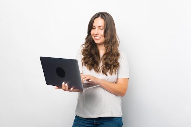 Studentin nutzt ihren neuen laptop gerne für arbeit oder studium.