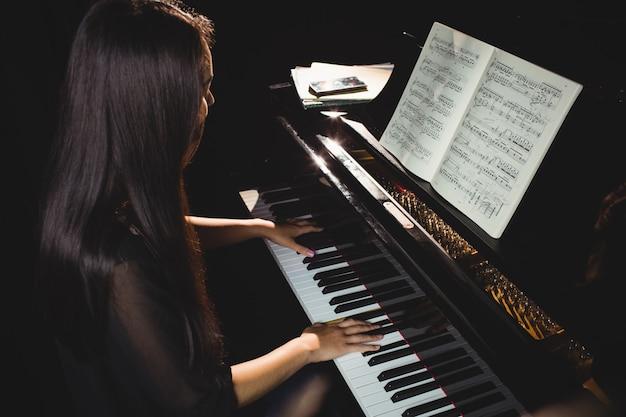 Studentin spielt klavier