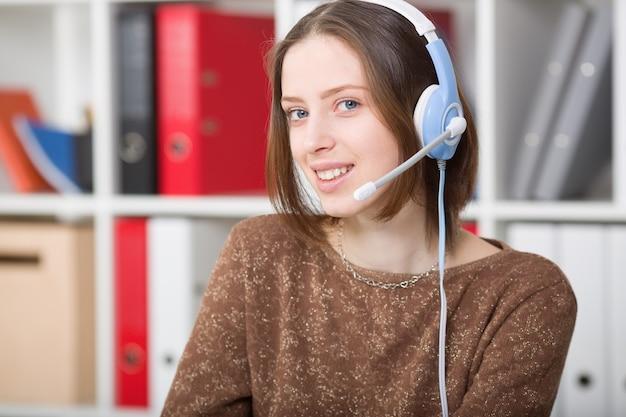 Studentin verwendet ein headset mit mikrofon für die online-lernuniversität