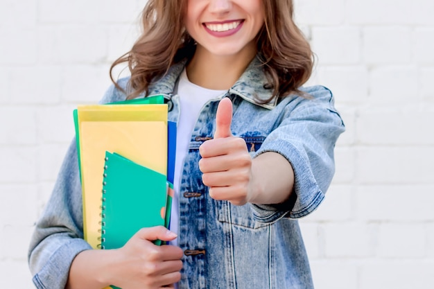 Studentin zeigt daumen herauf geste