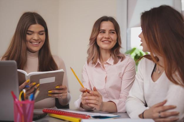 Studentinnen, die zusammen an einem projekt arbeiten