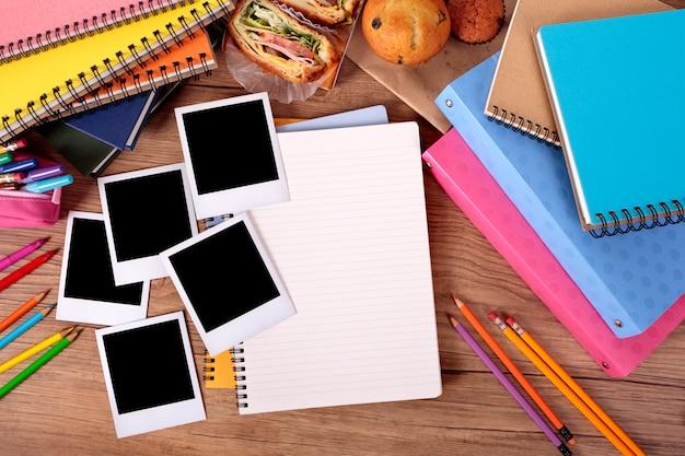 Studentischer schreibtisch mit fotoalbum