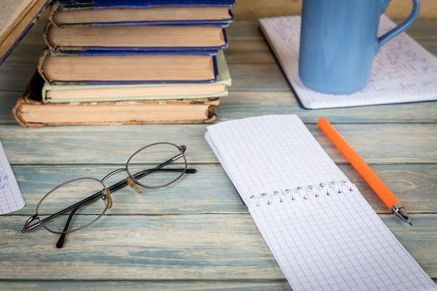 Studien- und forschungskonzept. leere notizbuchseite auf holztisch