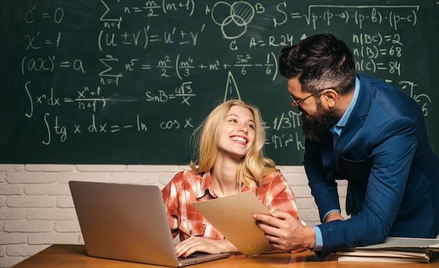 Studieren an der universität. student, der harte prüfung studiert. konzept der bildung und des lernens von menschen - weiblich