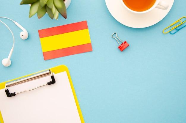Studieren der spanischen hilfsmittel auf blauem hintergrund