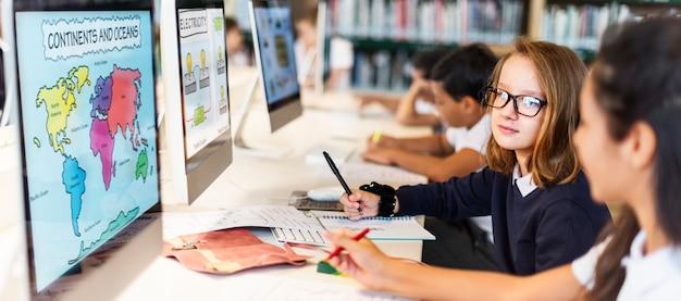 Studieren sie das lernen, klassenzimmer-internet-konzept lernend