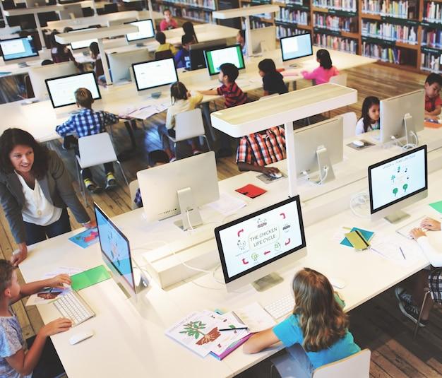 Studieren sie das studieren und lernen sie klassenzimmer-internet-konzept