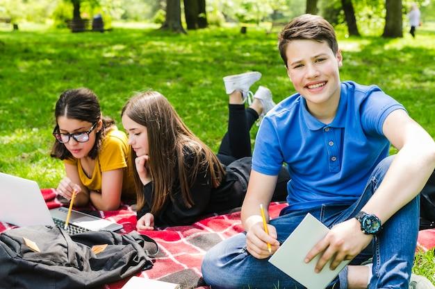 Studieren und posieren im park