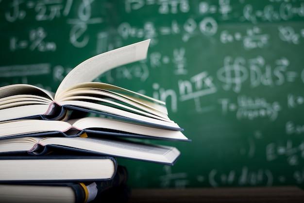 Studieren von büchern und lernmaterialien.