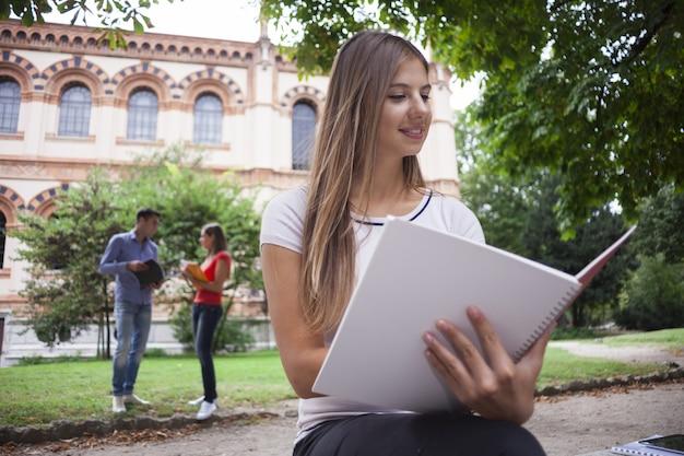 Studierende frau beim draußen sitzen