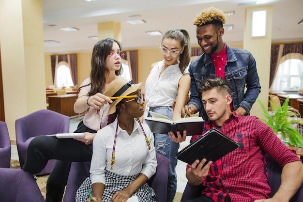 Studierende kommunizieren in der bibliothek
