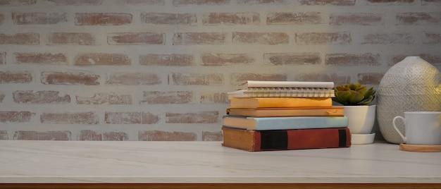 Studiertisch im arbeitszimmer mit büchern, dekorationen und kopierfläche auf dem tisch