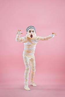 Studio-bild eines jungen teenager-mädchen-mannes bandagiert,