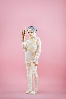 Studio-bild eines jungen teenager-mädchen-mannes bandagiert