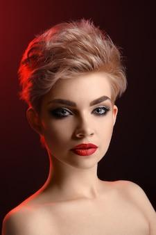 Studio portrait einer schönen jungen blonden frau mit rauchigen augen
