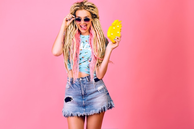 Studio positives porträt der hübschen blonden frau