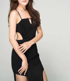 Studio schoss porträt des eleganten mode-modells der jungen luxusdame mit verschönerndem körper.
