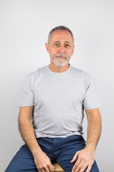 Studioaufnahme älterer mann mit grauen haaren