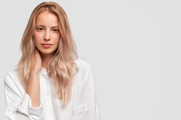 Studioaufnahme der hübschen hellhaarigen schönen frau hat luxuriöses haar