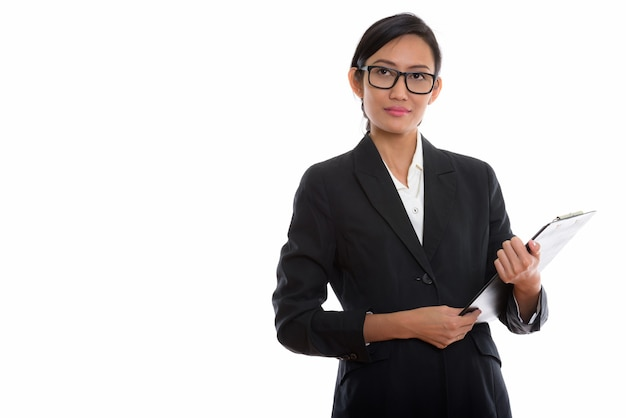 Studioaufnahme der jungen schönen asiatischen geschäftsfrau