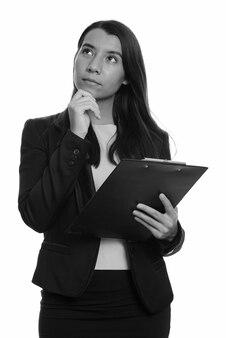 Studioaufnahme der jungen schönen geschäftsfrau lokalisiert gegen weißen hintergrund in schwarzweiss