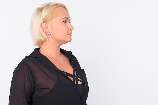 Studioaufnahme der schönen geschäftsfrau mit dem blonden haar lokalisiert gegen weißen hintergrund