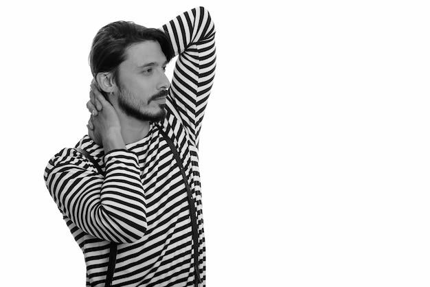 Studioaufnahme des gutaussehenden mannes, der beim denken aufwirft Premium Fotos