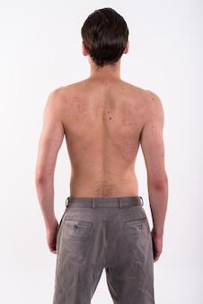 Studioaufnahme des jungen bärtigen mannes ohne hemd