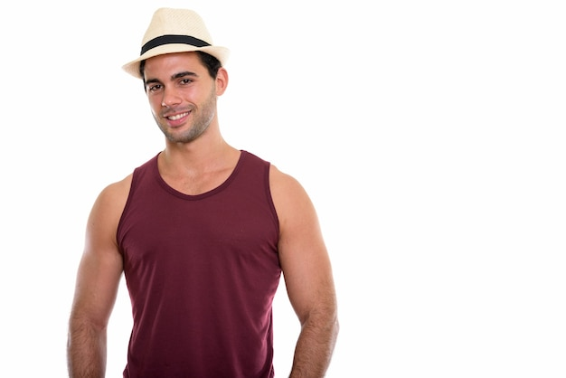Studioaufnahme des jungen glücklichen hispanischen mannes lächelnd
