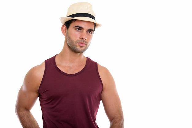 Studioaufnahme des jungen gutaussehenden hispanischen mannes, der denkt