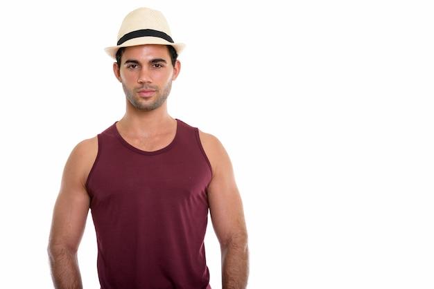 Studioaufnahme des jungen gutaussehenden hispanischen mannes