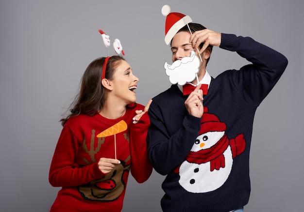 Studioaufnahme des paares mit lustigen weihnachtsgadgets