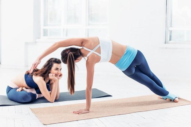 Studioaufnahme einer jungen fitten frau, die yogaübungen macht