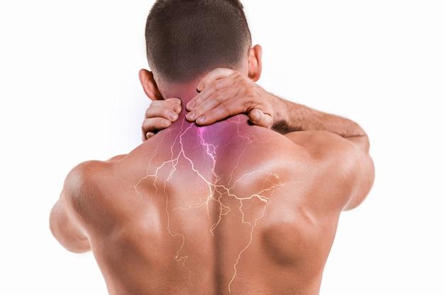 Studioaufnahme eines mannes mit nackenschmerzen