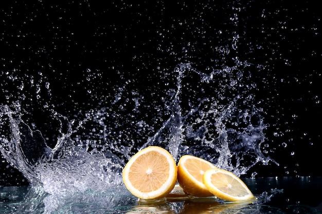 Studioaufnahme mit frostbewegung der zitrone im wasserspritzer