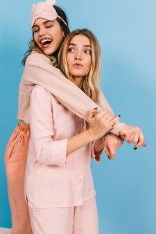 Studioaufnahme von entspannten weiblichen models im pyjama