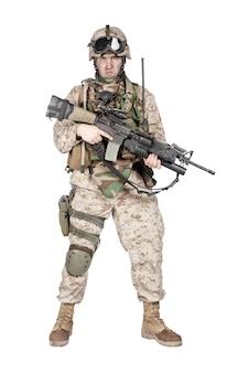 Studioaufnahmen in voller länge von marineinfanterie, kommandosoldat in voller schutzmunition, stehend mit einem mit dienstgewehr ausgestatteten granatwerfer und blick in die kamera, isoliert auf weißem hintergrund