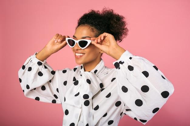 Studiofoto der afrikanischen schwarzen frau im stilvollen kleid und in der weißen sonnenbrille