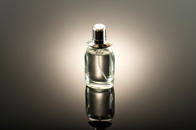 Studiofoto, parfümflasche auf einer dunklen oberfläche ohne namen