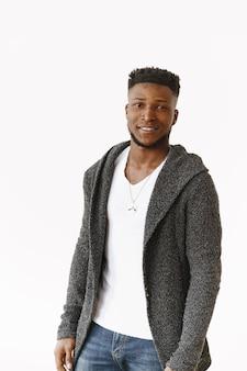 Studiofotografie. mann der afrikanischen ethnischen zugehörigkeit posiert beiläufig
