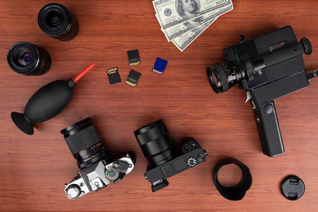 Studiofotografie mit computern, kameras, blitzen und mehreren objektiven