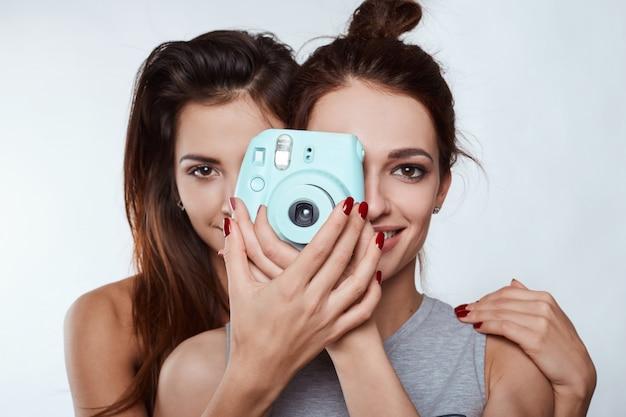 Studiolebensstilporträt von zwei verrückten mädchen des hippies der besten freunde