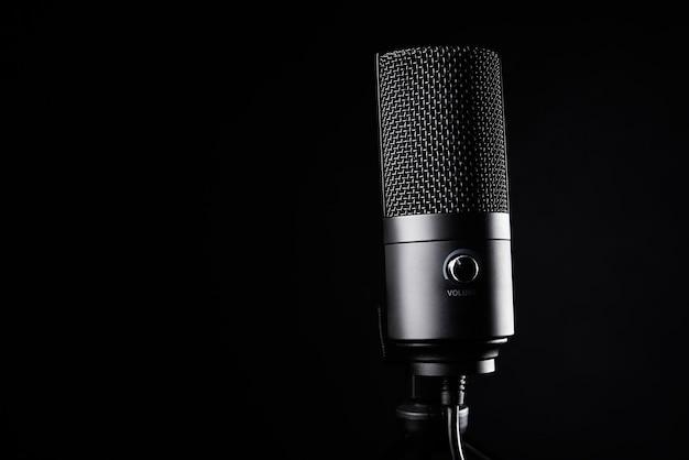 Studiomikrofon auf dunklem hintergrund