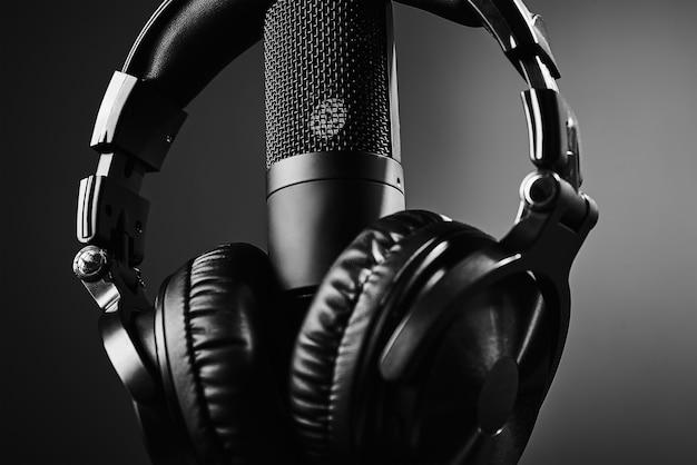 Studiomikrofon und kopfhörer auf schwarzem hintergrund