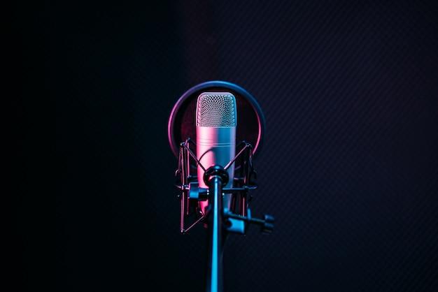 Studiomikrofon und pop shield am mikrofon im leeren aufnahmestudio