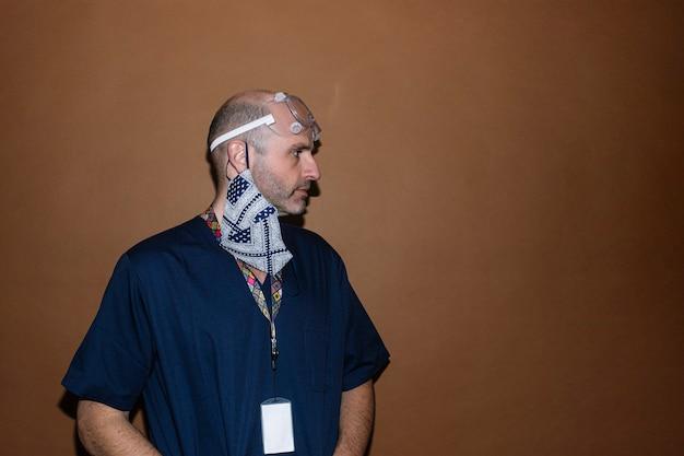Studioporträt des männlichen arztes. gesundheitspersonal