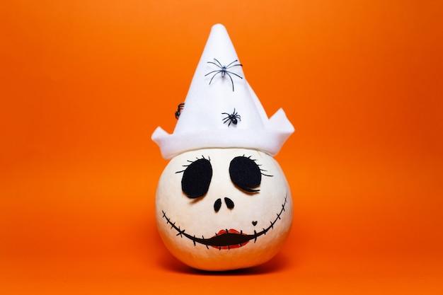 Studioporträt des weißen halloween-kürbises auf hintergrund der üppigen lavafarbe.