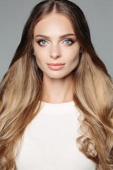 Studioporträt einer attraktiven blonden frau mit l zurückhaltendem make-up